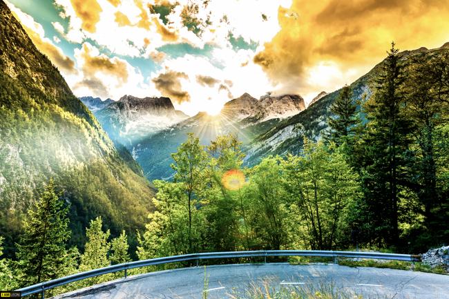 Bergen niger invid de ringlande vägarna byggda under kriget.